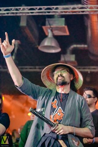 Поклонник группы Марко Поло в костюме Самурая