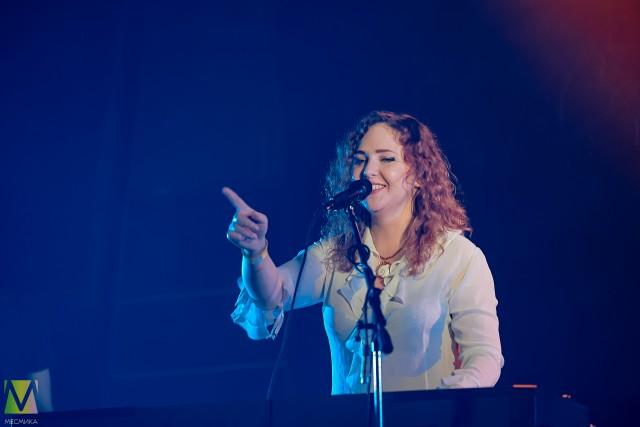 Людмила Савостьянова (Леди Кэп) показывает палец