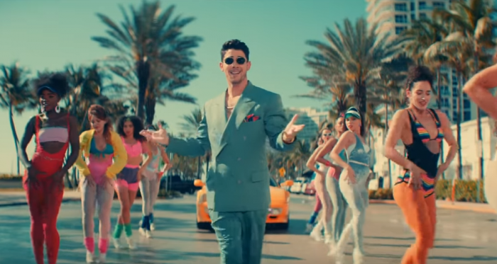 "Beach party with Jonas Brothers in the clip ""Cool"""