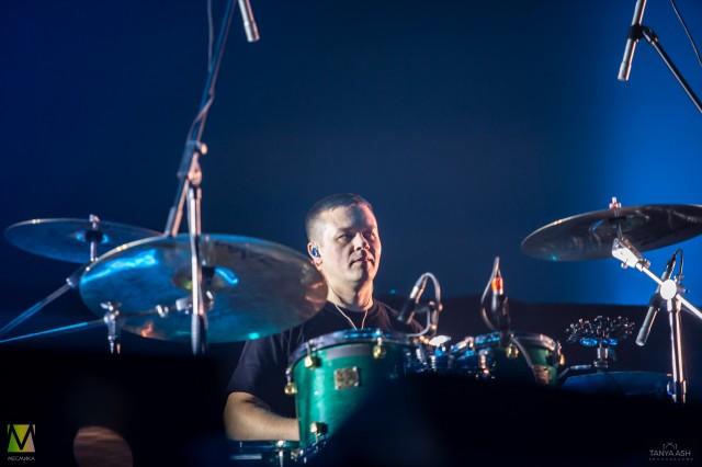 Денис Василевский барабанщик группы «Чиж & Co» на Чартовой Дюжине 2020