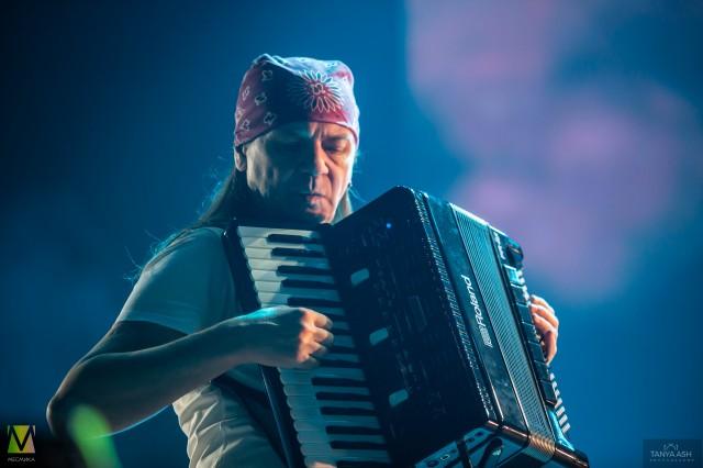 Евгений Баринов аккордеонист группы «Чиж & Co» на Чартовой Дюжине 2020