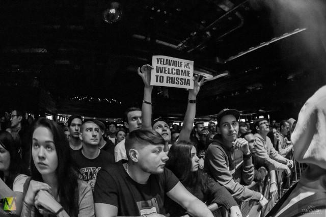 Зрители приветствуют Yelawolf