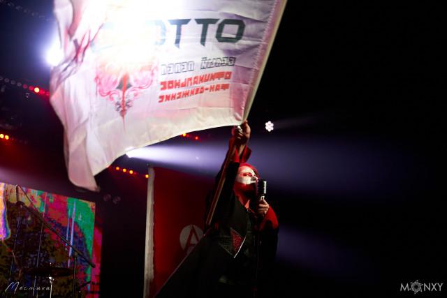 Михаэль Драу с флагом, принесённым фанатами