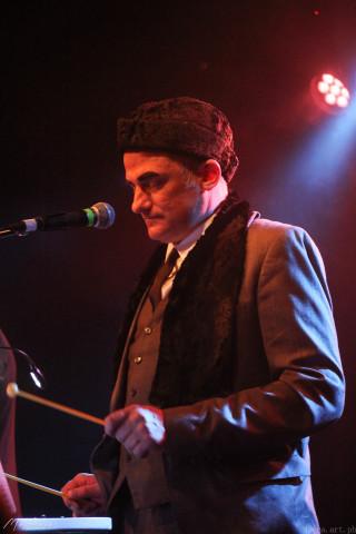 Максим Валерьевич Кошелев (вокал, металлофон, ксилофон)
